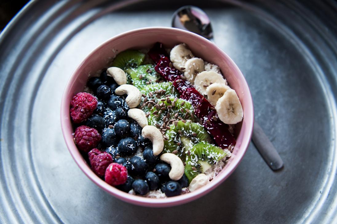 Frühstücksbowl,Haferflocken, Früchte, Obst, Datteln, Nüssen, Samen, Leinsamen, Banane, Kiwi,Himbeeren,Rote Beete, Blaubeeren, Cashew-Kerne, Kokosöl, Kokosflocken, Bowl, Frühstück, gesund essen, healthy eating