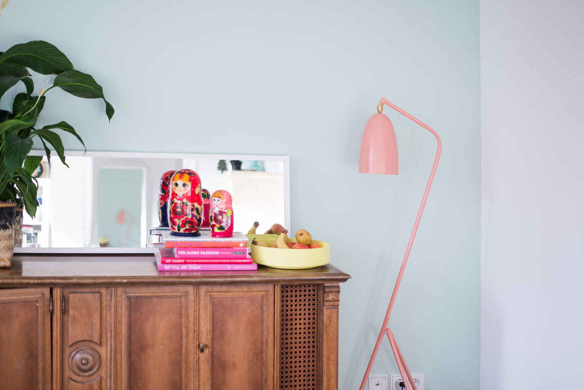 Wohnzimmer, mintgruen, rosa, pink, dunkelgruen, wandfarbe, komplementärkontrast, kontrast, pastellfarben, bunt, bunt wohnen, bunt einrichten, Farbe einrichten, Inneneinrichtung, Interieur, Interior, Dekoration, Einrichten, mit Kindern leben, Zuhause