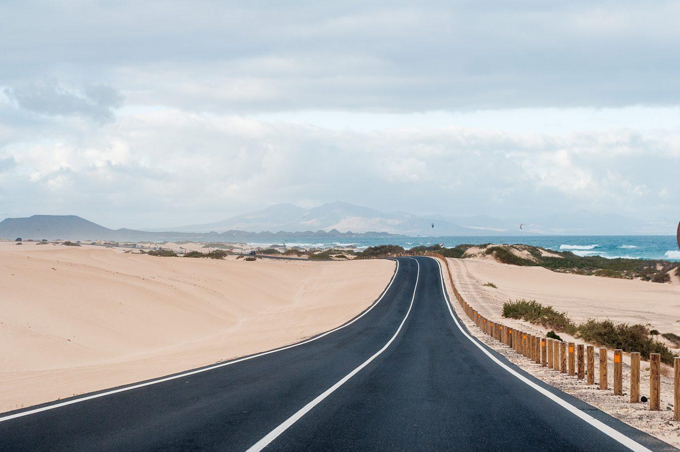 Landschaft auf Fuerteventura mit Straße