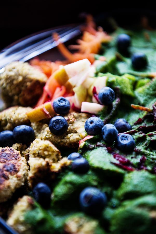 Falafel Spinat Rote Beete Salat mit grünem Tahini Dressing