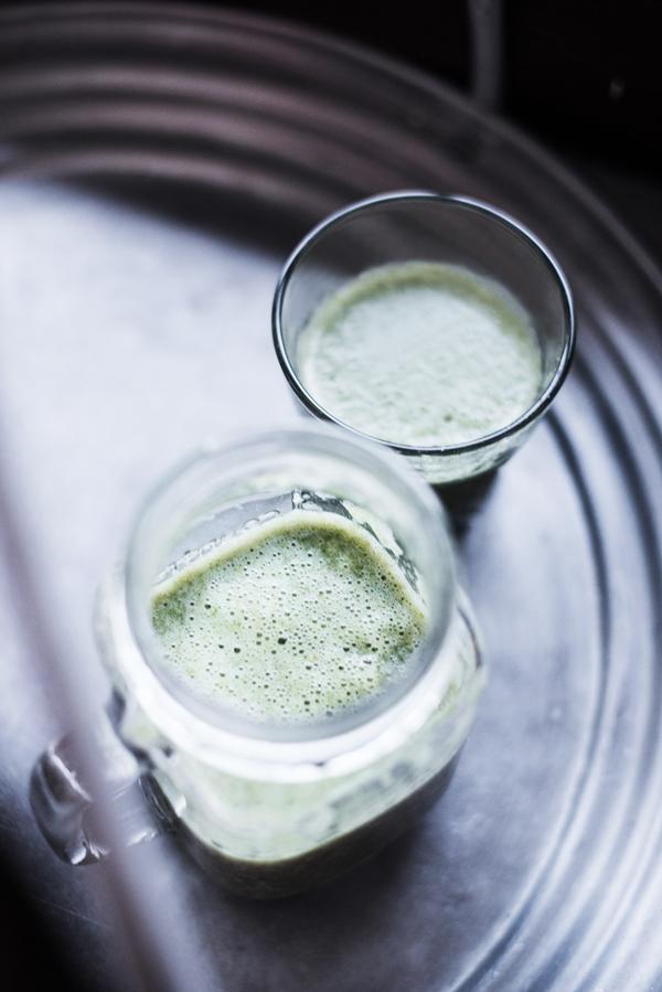 Green Kale Smoothie auf einem silbernen Basar-Tablett