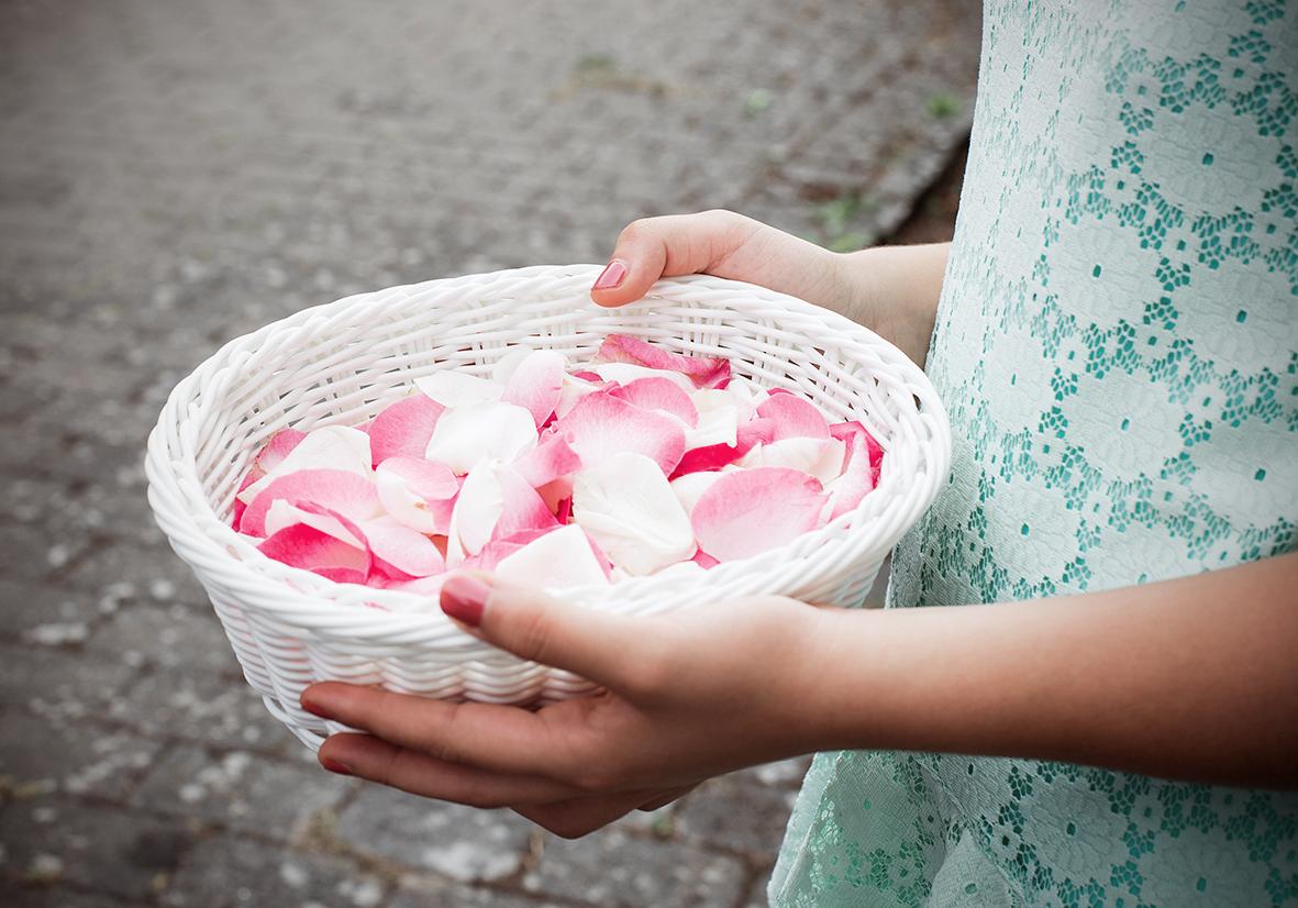 Hochzeitsbild Blumenmädchen mit Rosenblättern