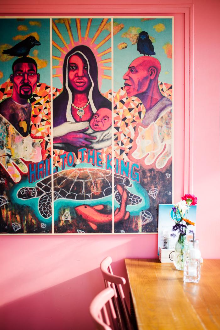 Lachsfarbene Wandfarbe mit Bild und Holztisch