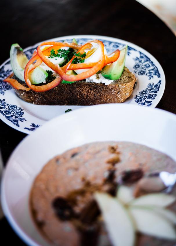 Roggenbrot mit Avocado, Ei und Overnight Frühstücksbowl
