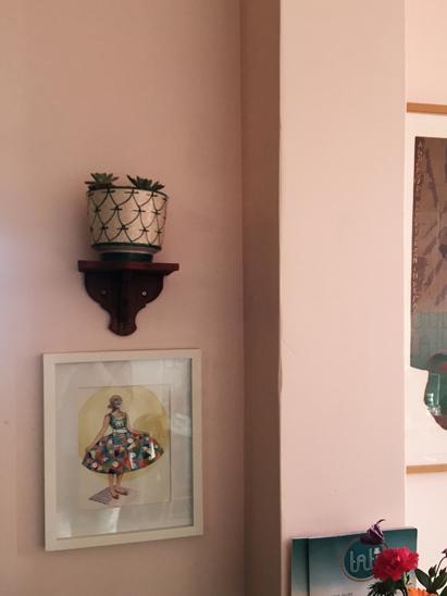 Hellrosa Wand mit Dekoration