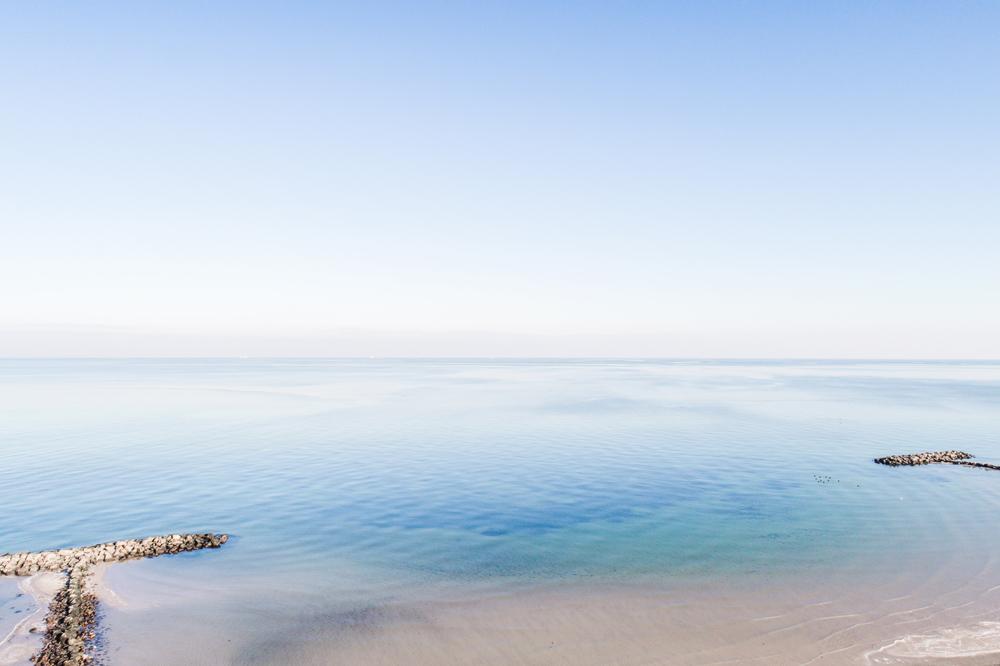 Ruhiges Meer an der Ostsee in Heidkate am Strand mit der Drohne fotografiert