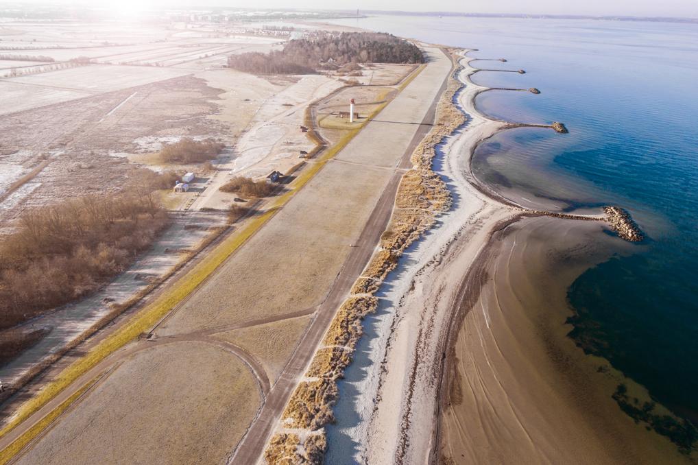Drohnenfotografie Felder, Deichstreifen, Dünen, Strand, Meer und Molen an der Ostsee in Heidkate