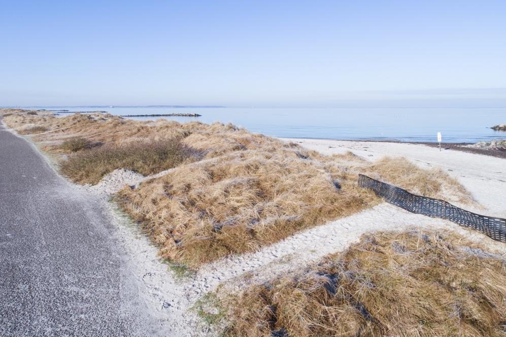 Sanddünen in Heidkate am Strand im Winter mit der Drohne
