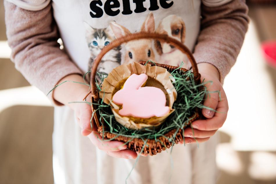 Mädchen mit einem Osterkörbchen mit Osterhase in den Händen