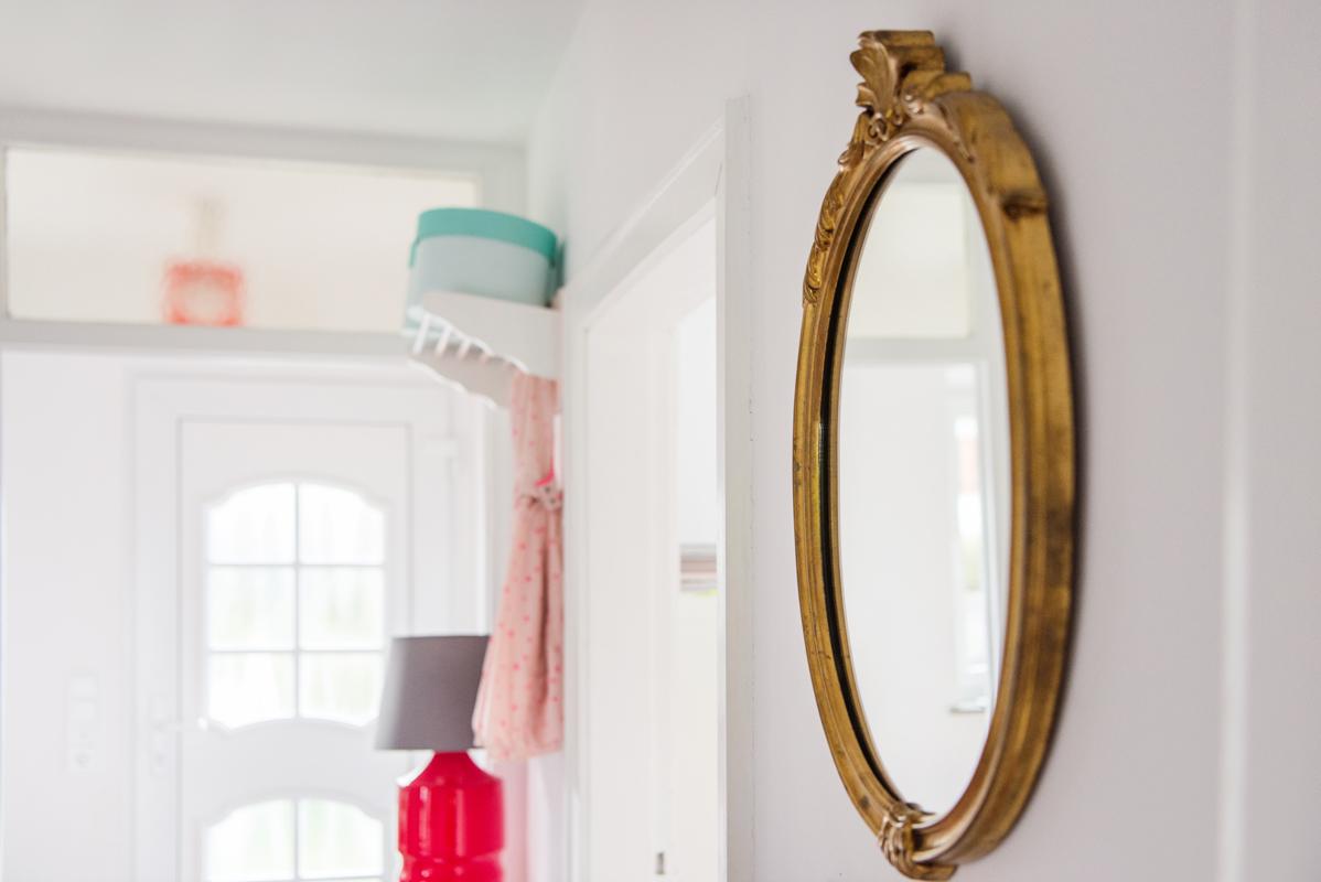 Goldener Spiegel mit barocker Verzierung im Flur