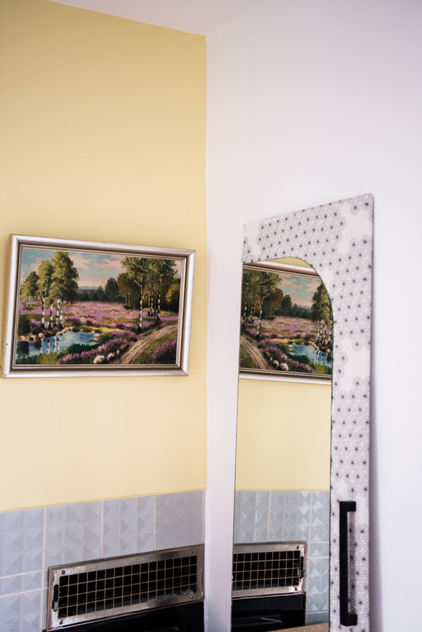 Spiegel in kleinen Räumen Spiegel auf einer mit Stoff bezogenen Schranktür lehnt an einer Wand
