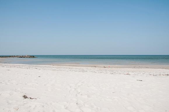 Heller Sandstrand und Steinmole in Heidkate der Ostsee
