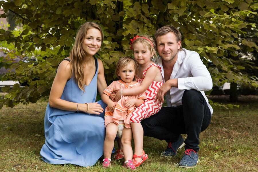 Eine Familie mit Mutter, Vater und zwei Kindern im Kleinkindalter