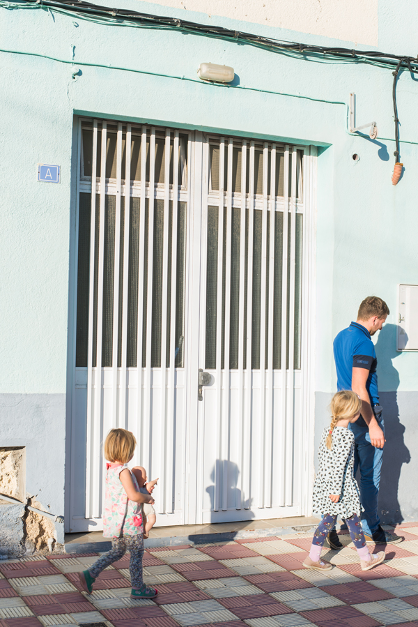 Vater mit zwei Töchtern auf einem Ausflug in Arico Viejo auf Teneriffa