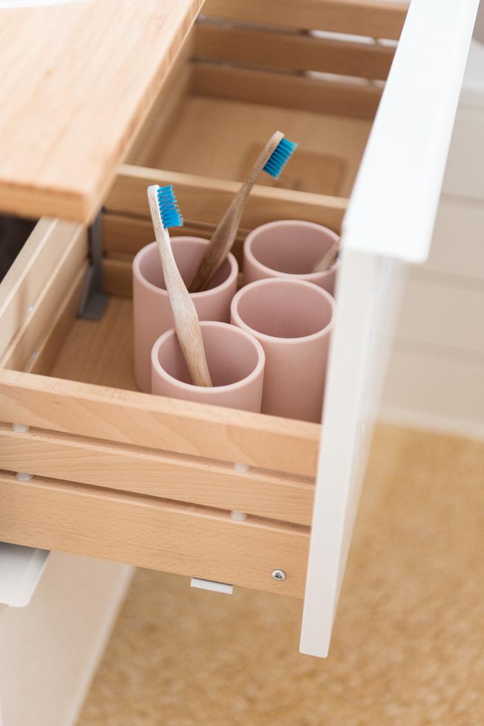GODMORGON Waschbeckenschrank mit Schubladen und rosafarbenen Zahnputzbechern von H&M Home