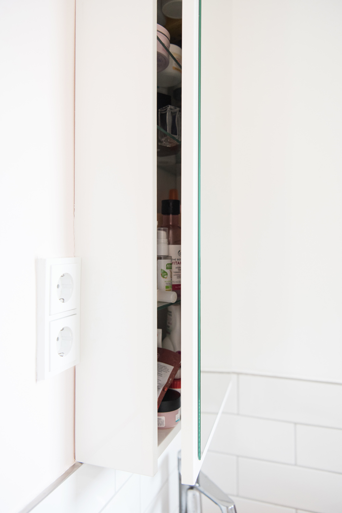 Hängeschrank von Innen mit Glasböden in hellem Badezimmer