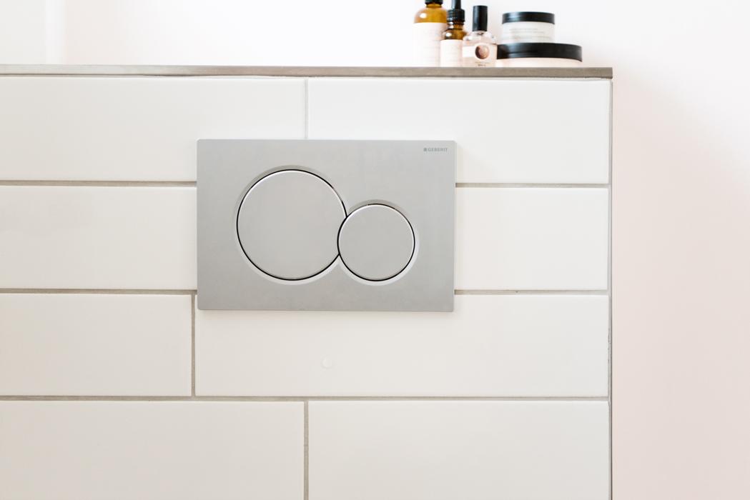 Unterputz-WC mit grauer Druckerplatte von Geberit