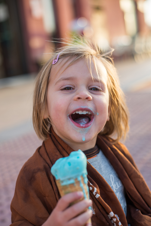 Mädchen isst Eis in El Médano auf Teneriffa