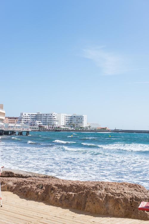 Blick auf den Stadtstrand von bei El Médano auf Teneriffa