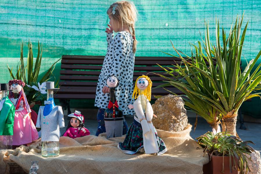 Mädchen steht in einem Krippenspiel in einem Dorf an der Landstraße TF-28