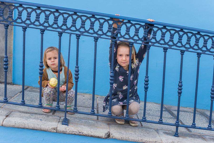 Zwei Kinder vor einer blauen Wand in Las Galletas