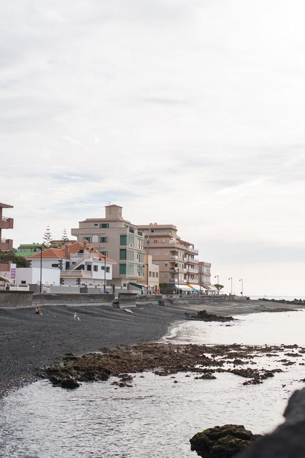 Häuser und Promenade am Hafen von Las Galletas
