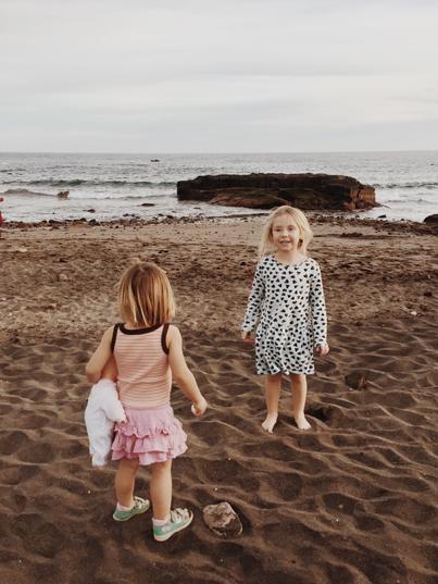 Zwei blonde Mädchen spielen am Strand auf Teneriffa