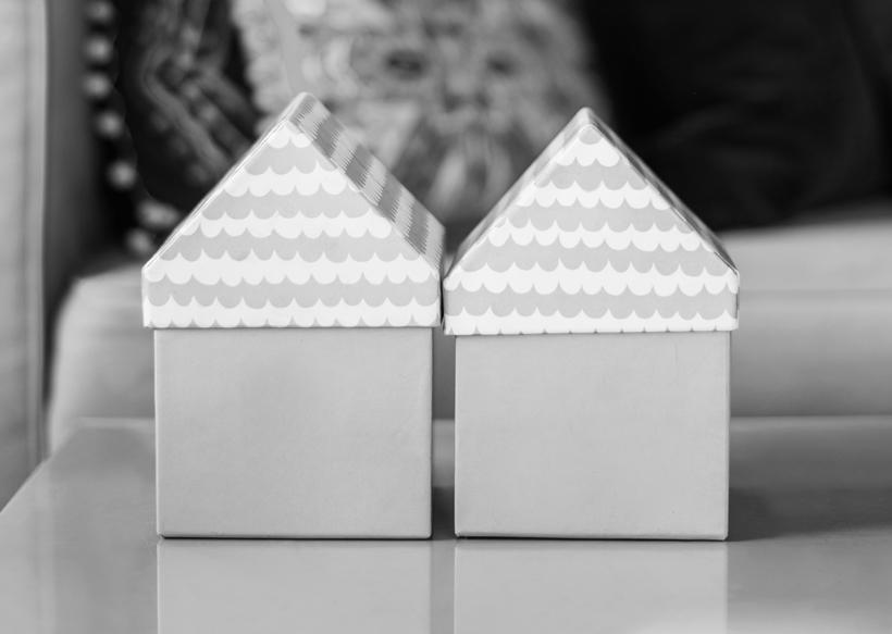 Zwei Dekohäuser auf einem Tisch im Wohnzimmer