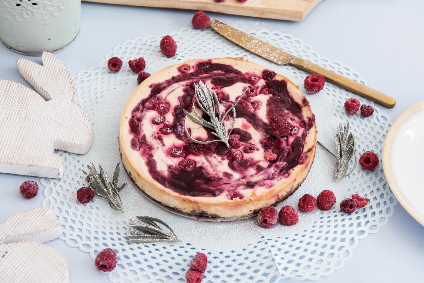 Cheesecake mit Schokokeksboden, Himbeeren und Marmelade