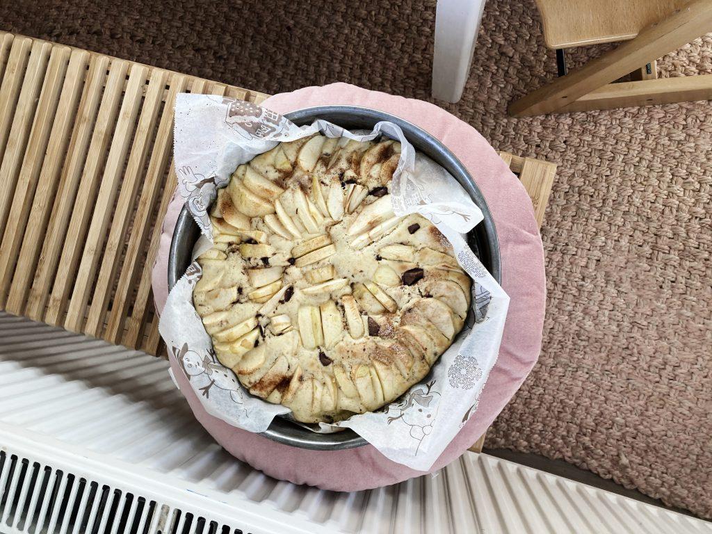 Weihnachtlicher Apfelkuchen mit Dinkelmehl, Schokoladen, weihnachtlichen Gewürzen und Zimt-Sahne-Quark und Nuss-Topping